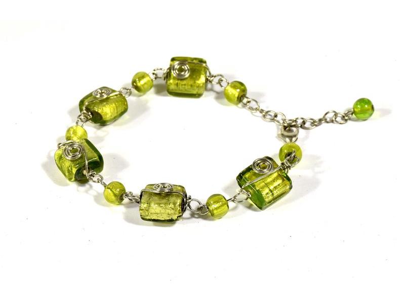 Náramek se zelenými skleněnými korálky, spirálky, stříbrný kov