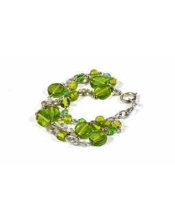 Náramek se zelenými skleněnými korálky, stříbrný kov