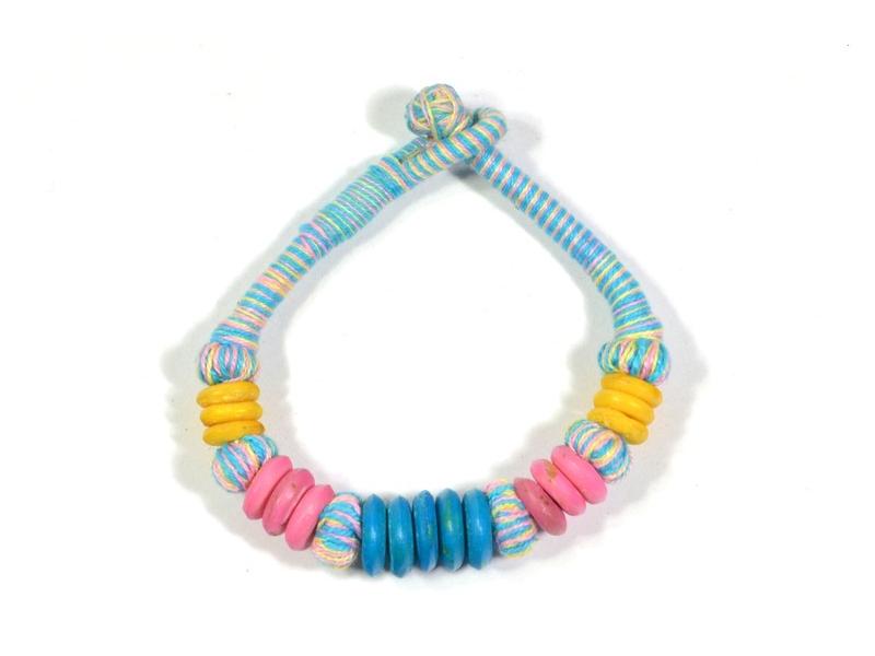 Modrý náramek, kombinace korálků a textilie