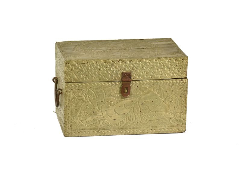 Stará truhlíčka z teakového dřeva, pobitá ručně tepaným plechem, 23x15x14cm