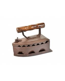 Malá antik žehlička z Gujaratu s dřevěnou rukojetí, 21x11x17cm