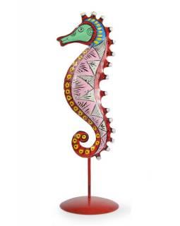Ručně malovaný svícen mořský koník - růžový, tepaný kov, střední 10x10x36cm