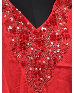 Červená halenka s motýlími rukávy a bohatou výšivkou