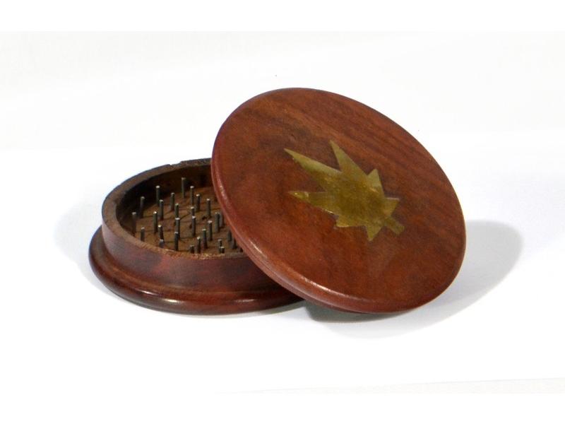Dřevěná drtička s motivem konopného listu, 10,5cm