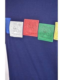 Tmavě modré triko s krátkým rukávem, potisk motlitební vlaječky